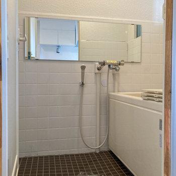 お風呂はちょいレトロ。横に長い鏡付き。