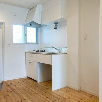 キッチン横にも窓があります。