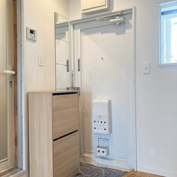 玄関はキッチン近くに。小型のシューズボックスもあります。