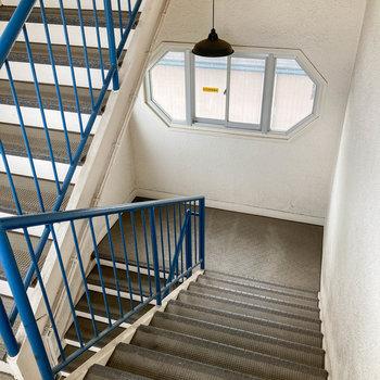 1階まで階段ですが、屋内なので雨に濡れませんよ。
