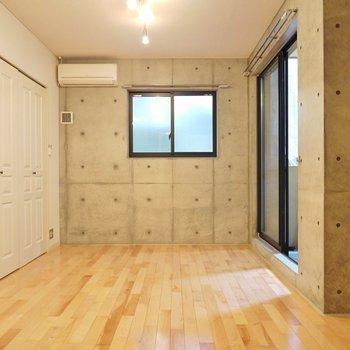 無垢のフローリングが温かみを出しているんです。※写真は別室です。
