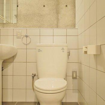 トイレを正面から。※写真は別室です。