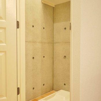 洗濯置き場は隠せるタイプ。※写真は別室です。
