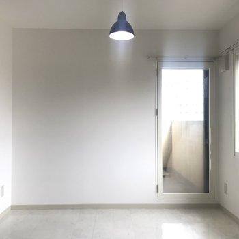 洋室はライトが可愛い※写真は前回募集時のものです