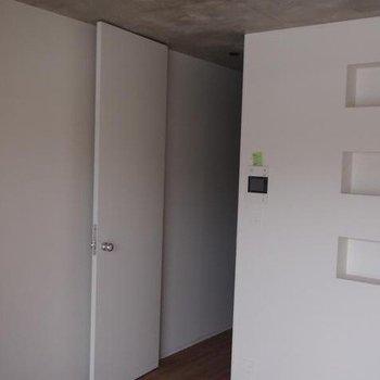 天井がコンクリート!※写真は別部屋