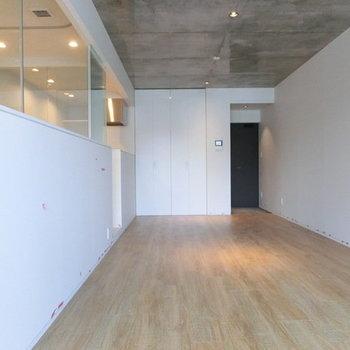 床は無垢です。※写真は別部屋