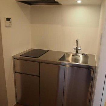 シルバーでかっこよいキッチン※写真は別部屋