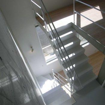 美しい階段。(写真は別部屋です)