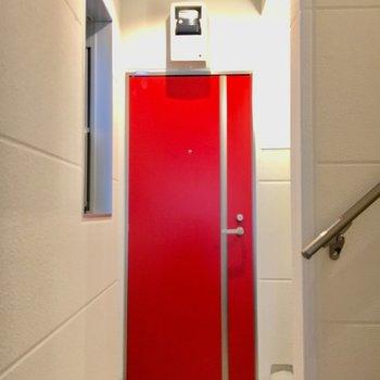 かわいらしい赤いドア