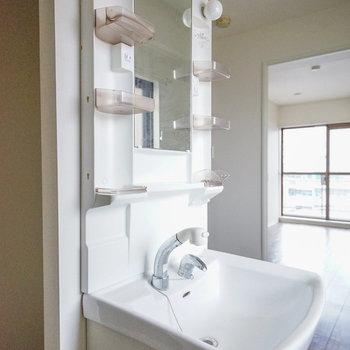洗面台は廊下部分にあります