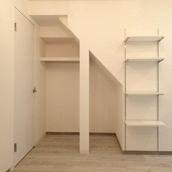 別住居の階段下の魅せる収納!※写真は別部屋です。