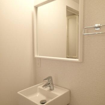 洗面台。収納はないけどスタイリッシュですよね ※写真は別部屋です。
