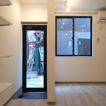 なんと入り口ドアはすけすけ!(カーテンあります) ※写真は別部屋です。