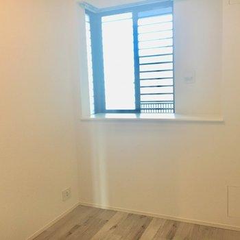 5帖のお部屋は窓があって開放的