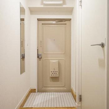 玄関は白タイルでお出迎え♪
