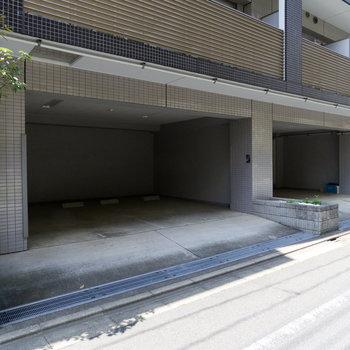 駐車場も屋根付きで、カーマニアも安心ですね。