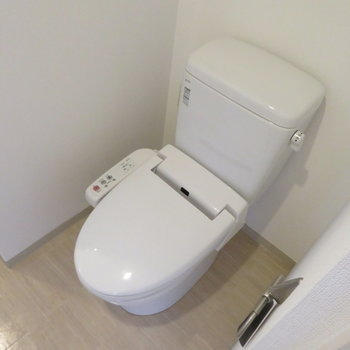 温水洗浄便座付きです(※写真は10階の反転間取り別部屋のものです)