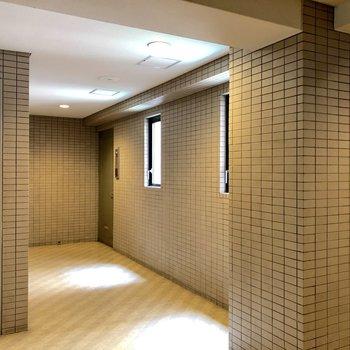 お部屋は右奥のドアになります。