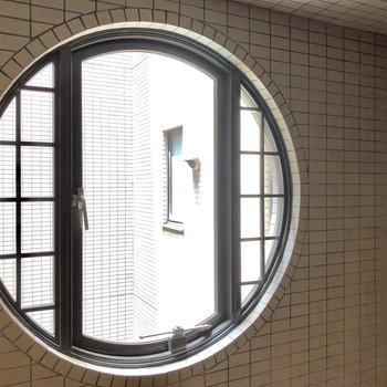 エレベーターの目の前におしゃれな窓がありました