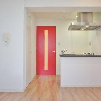 真っ赤な扉が良いアクセント◎