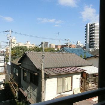 眺望は静かな住宅街と青空