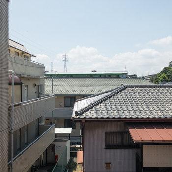 眺望はお向かいさんの屋根。距離があるので人目は気になりません。