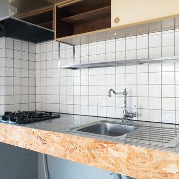 【DK】キッチンは2口コンロ。調理スペースもしっかりと確保されていますよ。