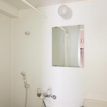 カーテンレールがあるのでトイレへの水はねなどは気にならなさそうです。※写真は通電前のものです