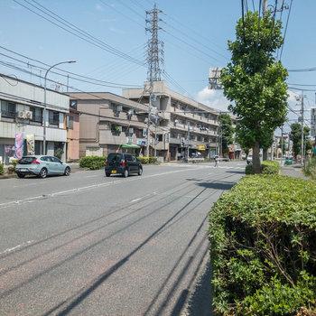右奥に最寄りのバス停である駒岡八幡神社前があります。