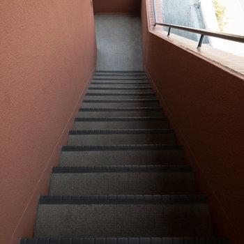 お部屋のある3階までは階段で移動します。