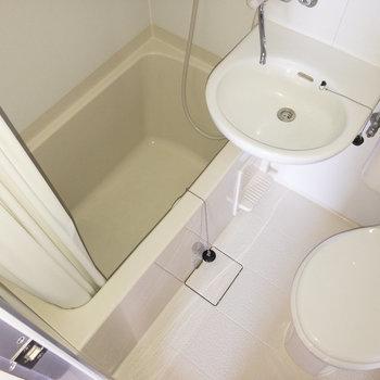 浴室は3点ユニットです。新しいものに取り替えられています。※写真は通電前のもの・フラッシュを使用して撮影しています