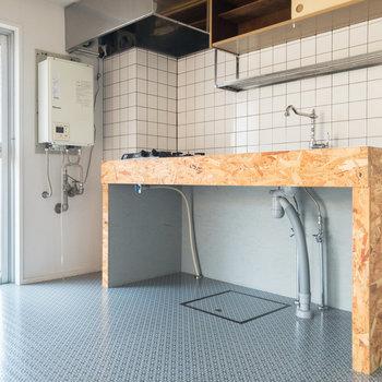【DK】左奥のドアからベランダに出られます。右側にはOSB合板が使用されたキッチンがあります。