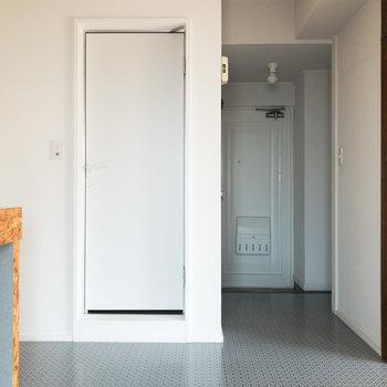 【DK】白いドアの先には浴室があります。