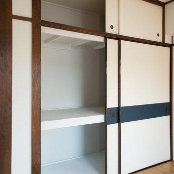 【洋室】押入れは大容量。突っ張り棒を設置すると衣類なども掛けられます。