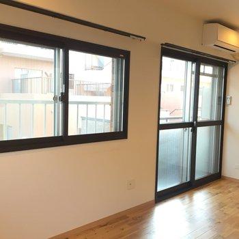 リビングルームには全部で3つ窓があります