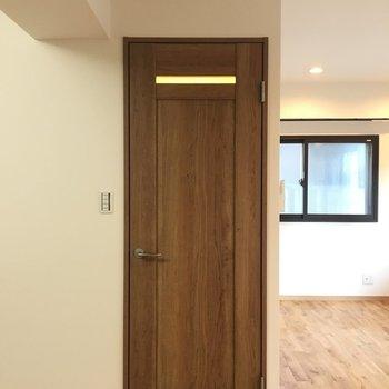 こちらの扉はバス・トイレにつながります