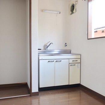キッチン横には小さなクローゼット。詰め込むのは夢と希望だけじゃないの(※写真は清掃前のものです)