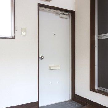 玄関はシンプル。目隠しにパーテーション置くのもアリ♩(※写真は清掃前のものです)
