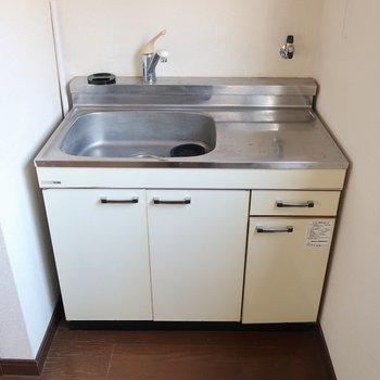 キッチンもミニマム。コンロは1口サイズが良さそう(※写真は清掃前のものです)