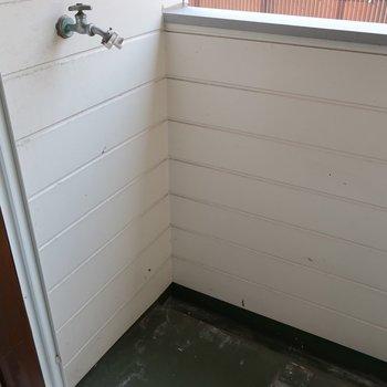 洗濯機置場はこちら。洗ってすぐ干せるのが良き!(※写真は清掃前のものです)