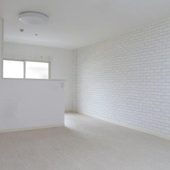 レンガ風の壁紙がかわいいシンプルな対面式キッチン*
