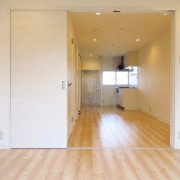 約6畳の寝室に置けるのは、ベッドと間接照明くらいかな