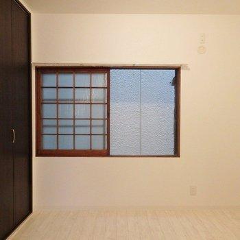 洋室:窓は趣のある格子。