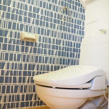トイレはアクセントクロスと木のぬくもり