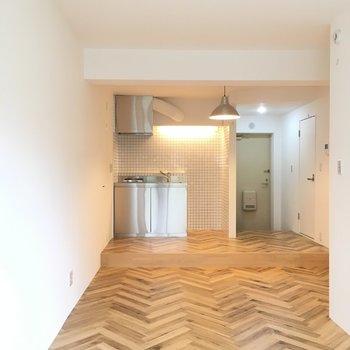 ステンレスのキッチンと木目調のフローリングがきれいです