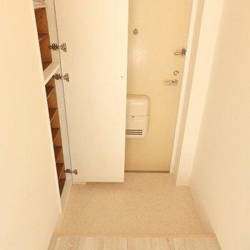 玄関には縦に長いシューズクローゼット。※こちら別室(205)