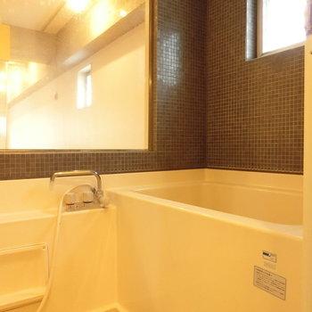 お風呂の壁は1面がガラス壁