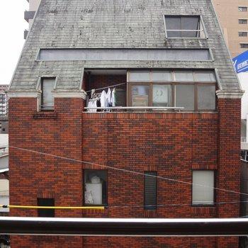 ベランダはないですが窓はあります。窓からの眺めはそれほどよくないかな。