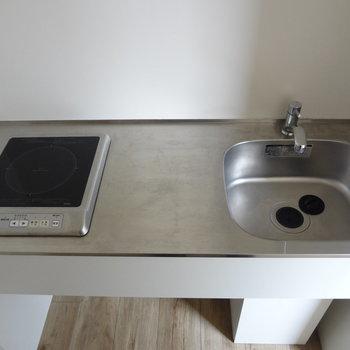 キッチンはIH1口。コンパクトですがまな板スペース確保◎