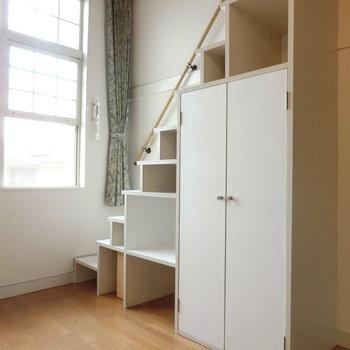 階段したのデッドスペースには、クローゼットと棚が